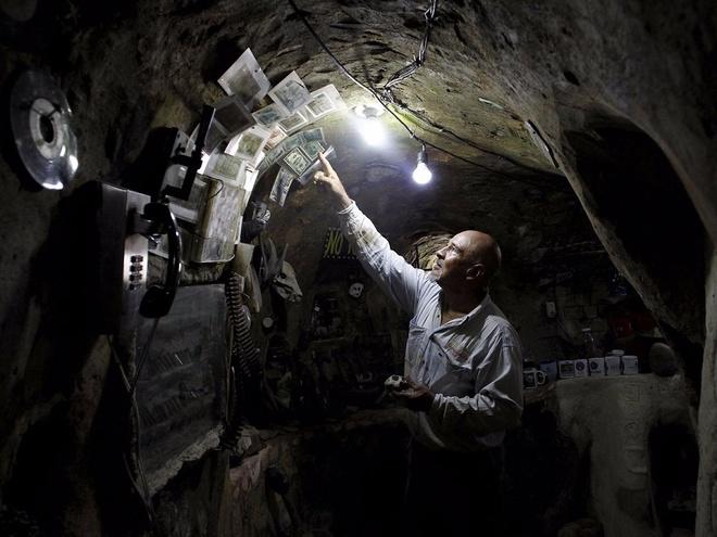 Người đàn ông dành 12 năm xây nhà dưới lòng đất