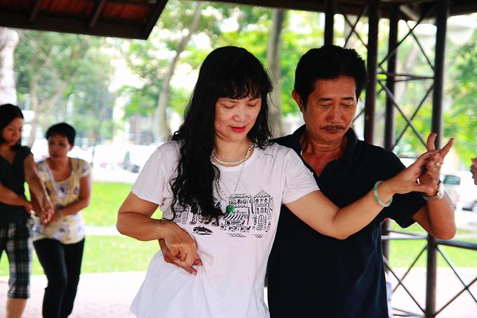 Khiêu vũ buổi sáng giữa công viên ở Sài Gòn