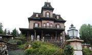 Nhân viên Disneyland chết trong ngôi nhà ma ám