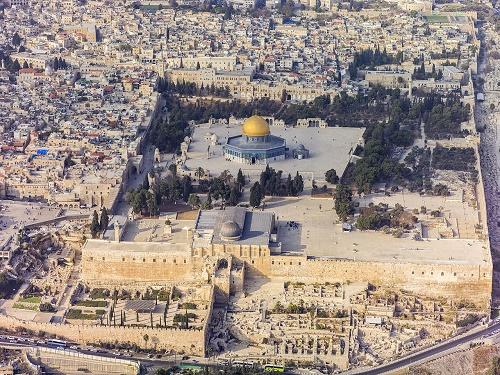Du khách bị bắt vì cầu nguyện tại đền thờ