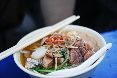 Ngày nay, nhiều người còn cho thêm những nguyên liệu khác như thịt heo, chân giò, tôm,... để khiến món ăn trở nên đa dạng hơn. Ảnh: Phong Vinh