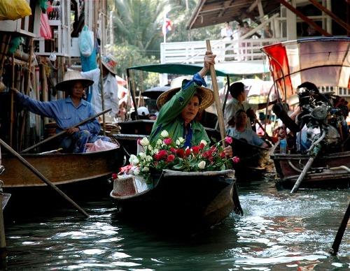 Quanh thủ đô Bangkok bạn còn có thể tìm thấy chợ nổi Wat Sai, cách 10 km, chợ Bang Phli được thành lập từ 150 năm trước hay chợ Taling Chan...