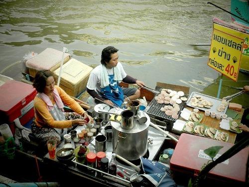 Chợ nổi Amphawa thuộc quận Amphawa, cách Bangkok 72 km, không rộng bằng chợ Damneon Saduak nhưng vẫn thu hút đông đảo du khách, chủ yếu là người Thái Lan. Đó là khu chợ mở buổi tối, tuy vậy bạn vẫn thấy nhiều hàng mở vào buổi trưa. Quanh thủ đô Bangkok bạn còn có thể tìm thấy chợ nổi Wat Sai, cách 10 km, chợ Bang Phli được thành lập từ 150 năm trước hay chợ Taling Chan...