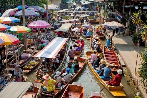 Khu chợ nổi danh tiếng nhất, được ví như thiên đường cho du khách, là chợ ở Damnoen Saduak, cách Bangkok 100 km về phía tây nam. Nơi đây thu hút tới hàng trăm người mua, kẻ bán lẫn khách du lịch trên những chiếc thuyền nhỏ chở đầy nông sản, món ngon địa phương. Chợ mở từ sáng sớm và tan trước buổi trưa khoảng một giờ.