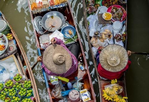 Tất cả những nước này đều nằm ở vùng đất thấp với nhiều sông nước, có biển đảo. Thuộc vùng có khí hậu nhiệt đới, khu vực này từng chủ yếu là rừng rậm. Nơi con người tới sống là vùng gần kề với các dòng sông, họ sử dụng thuyền để di chuyển nhiều hơn và không muốn làm đường xuyên rừng. Mặc dù hiện nay hệ thống đường sá có thể kết nối tới hầu hết các thành phố, thị trấn, thuyền bè vẫn được nông dân dùng để đi lại và làm nơi mua bán.