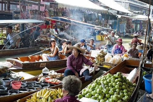 Những khu chợ nổi, nơi mọi loại hàng hóa đều được mua bán trên thuyền, là địa điểm giao thương của nhiều quốc gia ở Đông Nam Á như Thái Lan, Việt Nam... Hình thức này xuất phát từ một thời gian các phương tiện giao thông trên sông nước đóng vai trò quan trọng trong <a taget='_blank' data-cke-saved-href='http://phunuvagiadinh.vn/tag/doi-song' href='http://phunuvagiadinh.vn/tag/doi-song'><i><a taget='_blank' data-cke-saved-href='http://phunuvagiadinh.vn/tag/doi-song' href='http://phunuvagiadinh.vn/tag/doi-song'><i>đời sống</i></a></i></a> thường ngày.