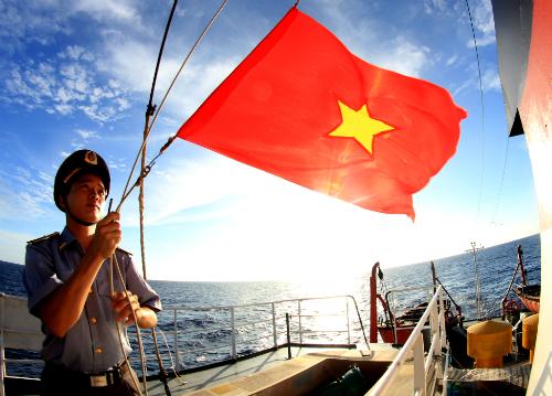 Thượng cờ trên biển Hoàng Sa. Ảnh: Lê Thanh Tùng.