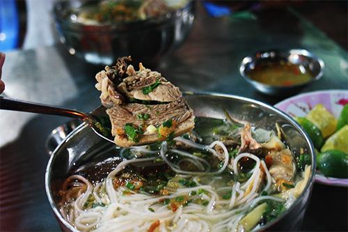 Miếng thịt vịt ngọt dai hòa lẫn của vị mắm gừng cay cay, ngọt ngọt sẽ đọng lại nhiều dư vị trong hành trình khám phá ẩm thực của bạn ở đất Sài Gòn. Ảnh: Phong Vinh
