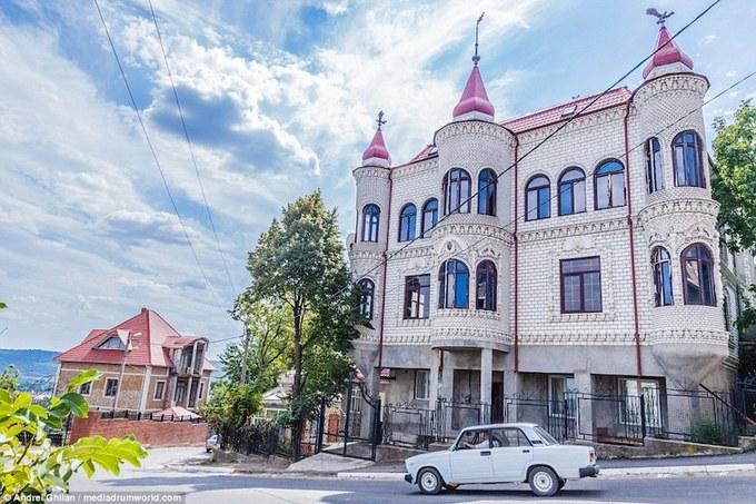 Thị trấn giàu có chỉ toàn cung điện