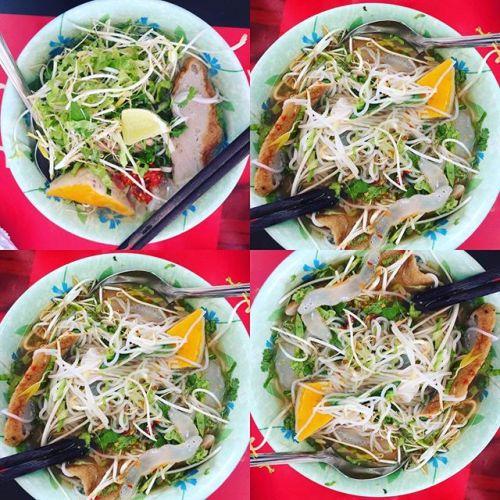 Bún chả cá, bún sứa  Bún chả cá là món ăn nổi tiếng của thành phố biển Nha Trang, món ăn đơn giản với nước dùng trong, chả cá và những sợi bún loại nhỏ xíu. Chả cá ngon và nổi tiếng do làm từ cá tươi, đảm bảo độ dai. Nguyên liệu là cá thu, cá mối, cá cờ& thường được chế biến thành hai loại là chả hấp và chả chiên.  Ngoài ra, món bún sứa với thành phần chính của món ăn này là sứa, được đánh bắt ngay trên vùng biển Nha Trang. Bún sứa được ăn kèm với chả cá, cá dầm cùng nước dùng thanh ngọt, trong vắt. Khi ăn món này, đĩa rau sống thái nhỏ, ớt hiểm, chanh là những thành phần không thể thiếu.  Địa chỉ tham khảo:  Quán bún lá Ninh Hòa số 2 Lãn Ông  Quán bún cá Nguyên Loan 123 Ngô Gia Tự  Quán bún lá Cây Bàng Ninh Hòa số 6 đường Hàn Thuyên  Bún sứa Dốc Lếch, ngã tư Yersin  Bà Triệu