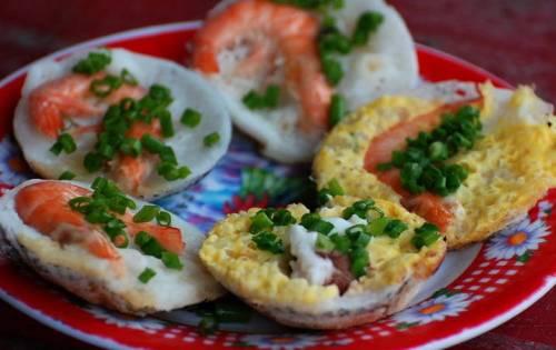 Bánh căn  Bánh căn Nha Trang có hình dáng gần giống với chiếc bánh khọt của người miền Nam. Nguyên liệu chính để làm bánh căn là gạo. Gạo được ngâm mềm, xay thành bột và đổ chín trên những chiếc khuôn bánh bằng đất nung. Nhân của bánh căn rất phong phú và đa dạng, có nhiều loại như: thịt, trứng, nấm, mực, tôm& mỗi loại nhân mang đến cho người ăn cảm giác ngon miệng khác nhau. Nước chấm bánh căn có màu đỏ tươi, được pha hơi sánh và có vị chua ngọt hơi cay rất ngon miệng. Bánh căn được ăn chung với các loại rau sống như xà lách, rau cải, húng quế, diếp cá và xoài xanh thái thành sợi nhỏ.  Địa chỉ tham khảo:  Quán bánh căn 107 Đường 2/4  Quán bánh căn 3A Tháp Bà  Quán bánh căn 151 Hoàng Văn Thụ  Quán bánh căn 48 Hoàng Hoa Thám
