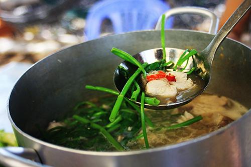 Miếng cá sau khi nấu chính trong nước lẩu đã thấm vị và săn lại, ăn nhiều không có cảm giác ngấy. Ảnh: Phong Vinh