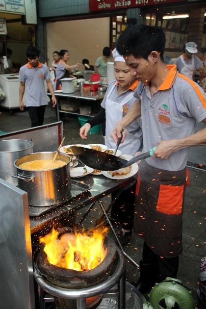 Những đầu bếp chế biến Pad Thai ngay trên vỉa hè cho du khách chiêm ngưỡng. Ảnh: eatingthaifood.com