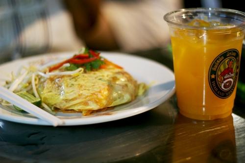 Món Pad Thai thơm ngon đi kèm với nước cam thượng hạng. Ảnh: Minh Đức