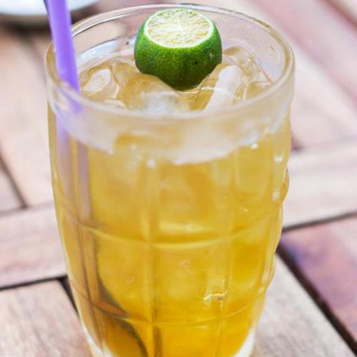 """Trà tắc mật ong Không đình đám như trà chanh một thời """"làm mưa làm gió"""" với giới trẻ Sài thành, trà tắc mật ong đang là thức uống hấp dẫn mùa hè. Ly trà mật ong mát lạnh, thơm, giúp bạn lấy lại năng lượng nhanh chóng, tỉnh táo và sảng khoái trong thời tiết oi nồng. Cách pha trà quất cũng rất đơn giản, chủ yếu là trà tươi, thêm chút hương vị thơm, chua của quất và vị ngọt ngào của mật ong tạo nên thức uống quyến rũ, say lòng thực khách. Giá một cốc là 10.000 đồng. Ảnh: Lozi"""