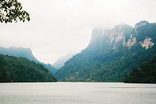 Hồ Ba Bể với sóng nước mênh mang. Ảnh: Minh Đức