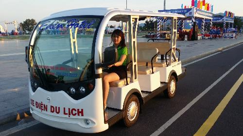 Xe điện phục vụ khách ở Quy Nhơn. Ảnh: A.Hùng