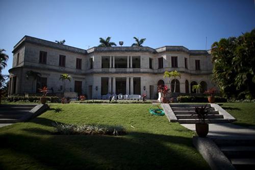 Biệt thự ở Havana, Cuba  Trong chuyến công du lịch sử tới Cuba tháng 3 vừa qua, gia đình tổng thống Obama không chọn một khách sạn như thường lệ mà dành 2 đêm trong một biệt thự. Theo Bộ Ngoại giao Mỹ, toà nhà được xây từ năm 1939 đến 1942, lớn hơn diện tích một nửa Nhà Trắng được xây bằng những vật liệu tốt và thợ tay nghề cao, bền theo thời gian. Bên ngoài toà nhà hai nhà lát đá vôi, sàn lát đá cẩm thạch. Tầng hai có hai phòng ngủ, hai phòng tắm và một phòng khách. Ảnh: Newsweek.