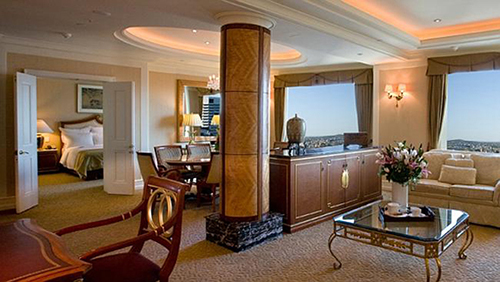 Khách sạn Marriot, Brisbane, Australia  Tham gia hội nghị G20 tại Brisbane, Australia năm 2014, tổng thống Obama là nguyên thủ ở khách sạn đắt đỏ nhất. Ông nghỉ tại khách sạn Marriot với giá phòng lên tới gần 2.200 USD một đêm. Khách sạn 28 tầng với 263 phòng trong đó có 4 phòng suit. Phòng nghỉ của tổng thống nằm ở tầng trên cùng với giường king size, phòng rộng 131 m2 và cảnh nhìn ra sông Brisbane. Ảnh: Marriot.