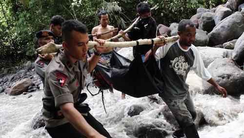 Cảnh sát Indonesia và dân làng tìm kiếm những người bị mất tích. Ảnh: AFP.