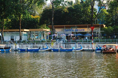 Tour du thuyền được nhiều vị khách đánh giá cao với cơ sở vật chất tốt và chất lượng phục vụ chuyên nghiệp. Ảnh: Phong Vinh