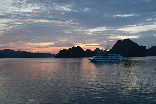kham-pha-thien-nhien-ha-long-tren-tau-oriental-sails-xin-bai-edit-1