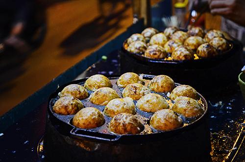Những chiếc bánh được nướng trên khuôn có mùi thơm hấp dẫn. Ảnh: Phong Vinh