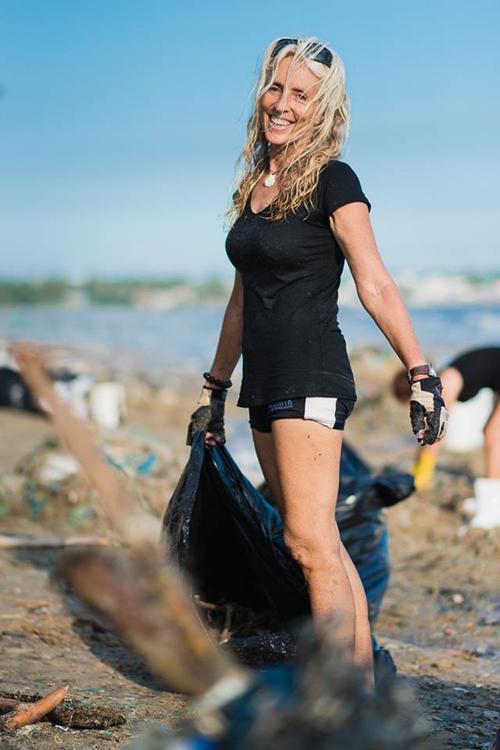 Hàng chục khách Tây dọn rác trên biển Mũi Né