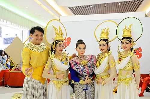 Những nghệ sĩ múa đến từ Thái Lan. Ảnh: Phong Vinh