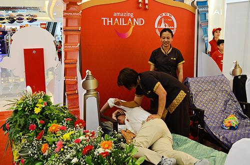 Massage kiểu Thái tại sự kiện. Ảnh: Phong Vinh