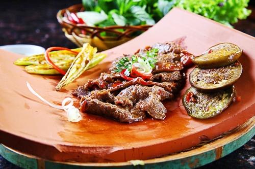 Cũng vẫn là các nguyên liệu thường thấy như  thăn bò, bắp bò&nhưng được ướp với nước sốt được làm từ 29 loại nguyên liệu tạo thành. Ảnh: Phong Vinh