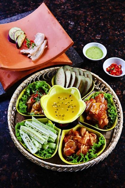 Món ăn được ăn với nước sốt chanh dây hoặc muối ớt xanh tùy thuộc vào sở thích của bạn. Ảnh: Phong Vinh