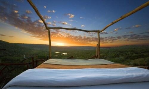 1. Những ai thích ngắm sao trời Ngũ đại hồ tại châu Phi là điểm đến lý tưởng thuộc khu bảo tồn Loisabam, tại Kenya. Hãy  đến với khách sạng hai sao Star Beds - nơi bạn có thể nhìn thấy hồ Kiboko và tận hưởng giấc ngủ của mình ngoài trời cùng với những âm thanh vô tự nhiên. Chỗ ngủ đặc biệt này được thiết kế với lưới chống côn trùng nên bạn không hề phải lo ngại việc bị muỗi tấn công trong khi đang tận hưởng cảnh quan thiên nhiên.