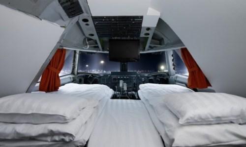 4. Những người thích lơ lửng trên chính tầng mây Ngủ trên máy bay không hề vui vẻ và dễ dàng, thế nhưng Oscar Dios đã thay đổi điều đó bằng cách cải tạo một chiếc máy bay thành khách sạn. Tọa lạc gần sân bay Stockholm-Arlanda của Thụy Điển, khách sạng Jumbo Stay sẽ giúp du khách có những giấc ngủ thoải mái nhất. Bạn có thể chọn phòng thường hay phòng hạng sang, và khách sạn cũng cung cấp nhiều loại hình dịch vụ khác nhau.