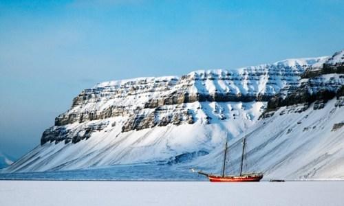 5. Những ai muốn qua đêm tại nơi xa xôi hẻo lánh Đi qua những vùng xa xôi hẻo lánh tại Bắc Cực và qua đêm trong một con thuyền nổi trên mặt băng là cảm giác có một không hai. Di chuyển 70km qua vùng Svalbard bằng xe chó kéo hay xe trược tuyết, bạn sẽ đến được SV Noorderlicht - con tàu 105 tuổi do Hà Lan đóng nằm trơ trọi trên mặt băng.  Một đêm tại đây đem đến cho bạn cảm giác như mình là một người đang trong hành trình khám phá Bắc Cực. Đồ ăn, rượu và một chỗ ngủ ấm áp & tất cả đều có đủ. Nếu may mắn, bạn có thể bắt gặp cáo, hải cẩu, sư tử biển, và cả gấu Bắc Cực xung quanh con thuyền.