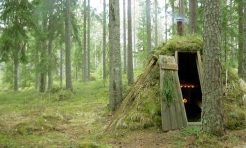 6. Những ai muốn gần gũi với thiên nhiên Túp lều nhỏ bé nhưng ấm cúng Kolarbyn Ecolodge này ở giữa những cánh rừng của Thụy Điển. Không điện hay vòi sen, túp lều sẽ đem bạn đến với thế giới tự nhiên. Được ngụy trang khá kín kẽ bằng bùn và cỏ, những lều Kolarbyn Ecolodge có 2 giường ngủ và một lò sưởi, nhưng du khách vẫn phải tự chuẩn bị túi ngủ.