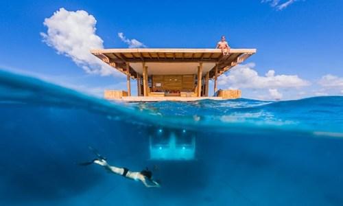 7. Những ai thích biển Đã đến lúc khám phá những điều mới mẻ tại khu nghỉ dưỡng Manta tại Zanzibar và bạn sẽ không phải bận tâm về việc mình có bị ướt hay không vì những căn phòng nghỉ dưới nước ở đây nằm sâu đến tận 9m. Bạn có thể thoải mái quan sát vùng biển và tận hưởng những bữa ăn sang trọng được phục vụ tại đây. Ánh đèn trong phòng vô cùng thu hút những sinh vật biển.