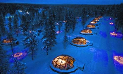 9. Những ai thích ngắm Cực Quang Những lều tuyết làm bằng kính tại khách sạn Kakslauttanen ở Phần Lan sẽ đem đến cho bạn những nơi để ngắm nhìn cực quang hoàn toàn riêng tư. Khách sạn được xây dựng sâu bên trong Vòng cực Bắc gần Công viên quốc gia Urho Kekkonen.  Khu vực xa xôi này không hề bị ô nhiễm ánh sáng nên là điểm đến lý tưởng cho du khách để tận hưởng cực quang một cách hoàn hảo nhất. Đây cũng là khách sạn có phòng xông hơi lớn nhất thế giới và những công trình như quán bar hay nhà thờ bằng tuyết.