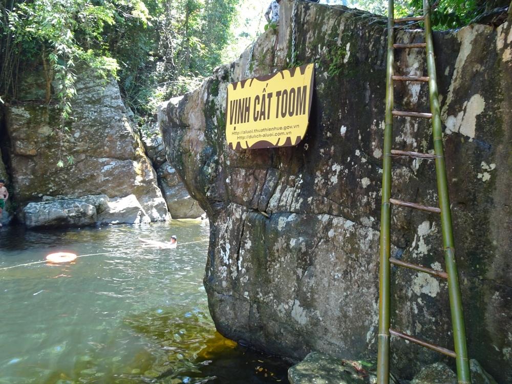 Ngày hè về A Lưới tắm suối Pâr Le