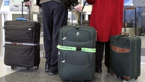3. Gỡ nhãn của chuyến bay cũ Đây cũng không hẳn là chuyện đáng ngạc nhiên gì; lý do nhiều hành lý bị thất lạc hoặc chuyển nhầm chuyến rất có thể là do hành khách không chịu gỡ nhãn của các chuyến bay cũ. Điều này làm các băng chuyền, máy kiểm tra cũng bị nhầm lẫn theo. Đáng tiếc thay, việc này lại xảy ra rất nhiều ở sân bay.