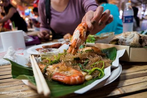khach-my-goi-y-mon-ngon-o-cho-noi-bangkok-1