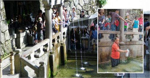 Du khách Trung Quốc làm ô uế nước thánh tại đền thờ Nhật