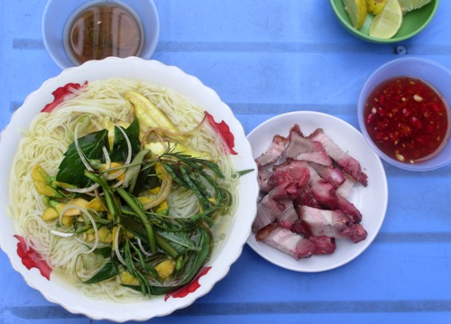 Sweet taste tasty noodle bowl snakehead fish, rum crispy roast pork with cork cotton Photo: Guo Duy Thinh