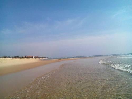 Biển Bảo Ninh với bãi cát dài, biển êm thích hợp cho tắm biển, cắm trại. Ảnh: Châu Tuấn Vũ