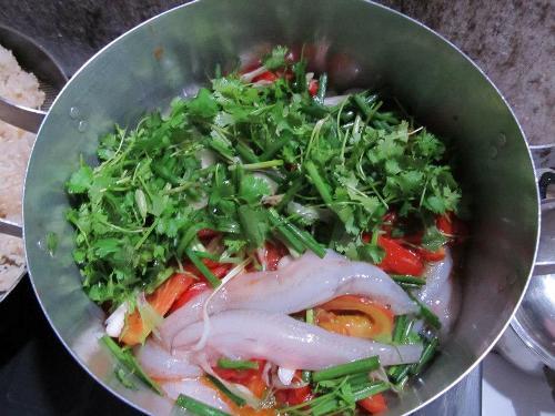 Nồi lẩu cá khoai ở quán Bình An, TP Đồng Hới đủ 4-6 người ăn giá 200.000 đồng Ảnh: Châu Tuấn Vũ