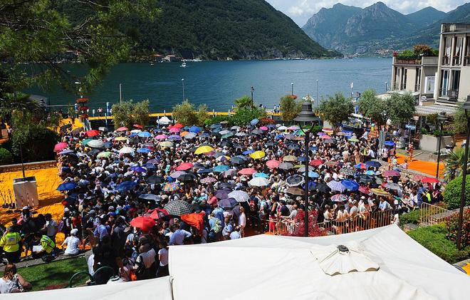 Hàng nghìn du khách đổ đến Italy đi bộ trên nước