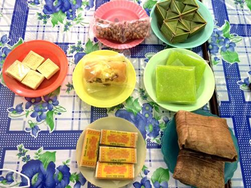 Các món bánh phục vụ khách trên bàn, bán cùng với chè. Ảnh: Huỳnh Duyên