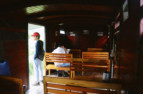 Một góc quán cà phê năm trong một toa tàu cũ. Ảnh: Phong Vinh
