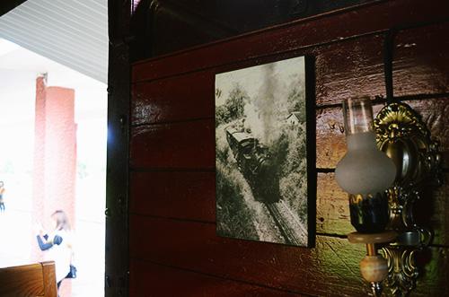 Những bức tranh sống động mang lại cho thực khách một cái nhìn đầy đủ hơn về quá khứ của nhà Ga Đà Lạt. Ảnh: Phong Vinh