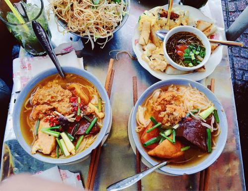 Gánh bún riêu nằm trên đường Phan Bội Châu (quận 1), sát chợ Bến Thành là quán vỉa hè được bày bán theo phong cách rất Sài Gòn chỉ với một gánh bún thơm phức, khói tỏa nghi ngút. Ảnh: Thiệu Minh Hiếu